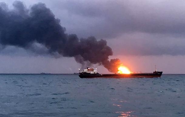 Пожежа в Чорному морі: палаючі судна небезпечно накренилися