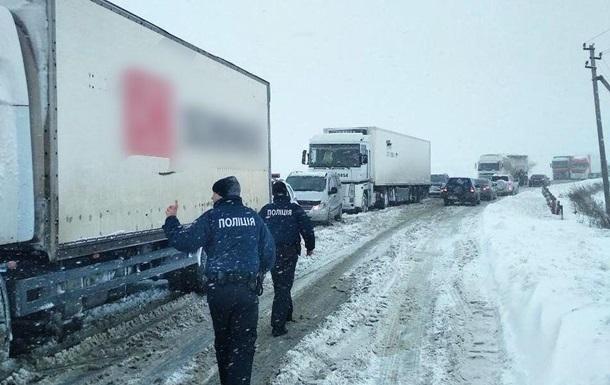 В Одесской области снегопад частично заблокировал трассу на Киев