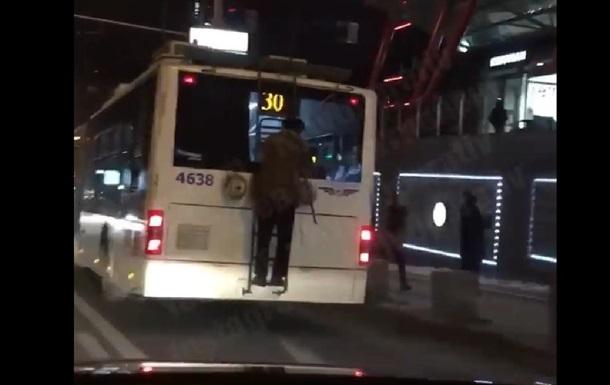 В Киеве пожилой зацепер прокатился на троллейбусе