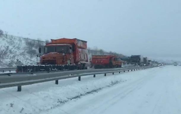 Появилось видео заблокированной трассы под Одессой