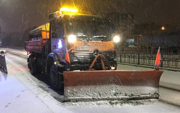На дороги Киева вышло почти 400 снегоуборочных машин