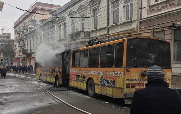 В центре Тернополя на ходу загорелся троллейбус