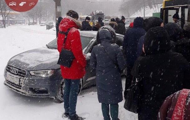 У Києві автомобіль в їхав в заповнену людьми зупинку