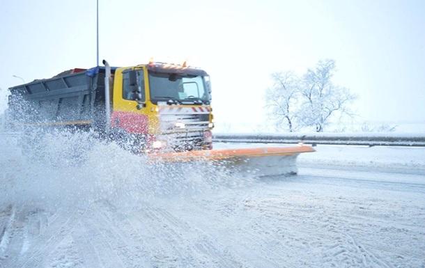 Снегопад в Украине: в трех областях возобновили движение транспорта