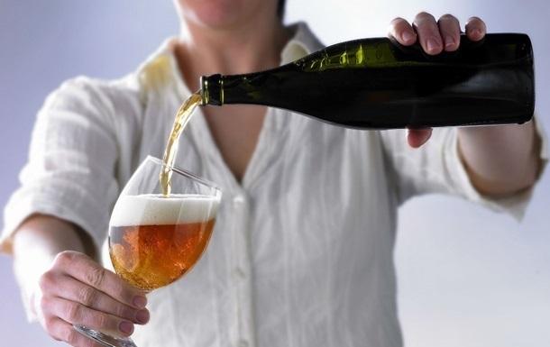 Вчені розповіли, як правильно пити пиво