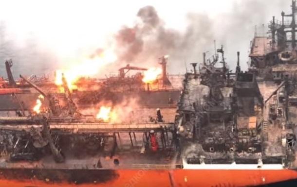 Один из горящих у Крыма танкеров дрейфует к берегу