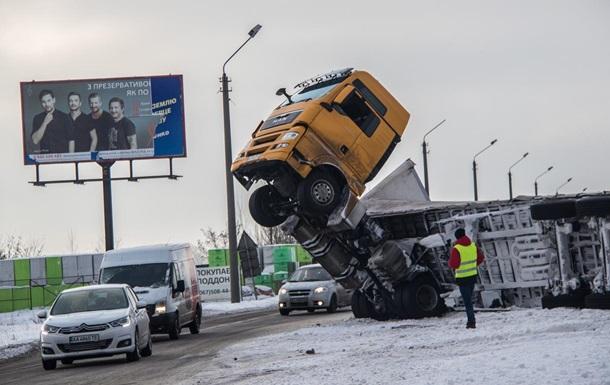 Под Киевом перевернулась груженая фура