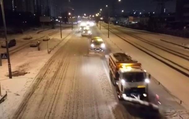 Киевавтодор показал, как колоннами убирает снег