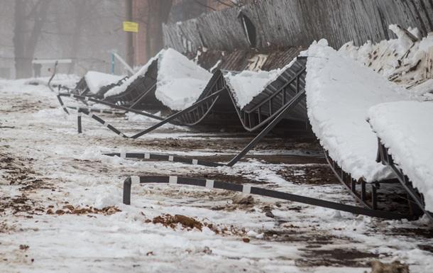 В Днепре из-за снега обрушился торговый павильон