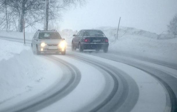 Украинцев предупредили о гололедице и заснеженных дорогах