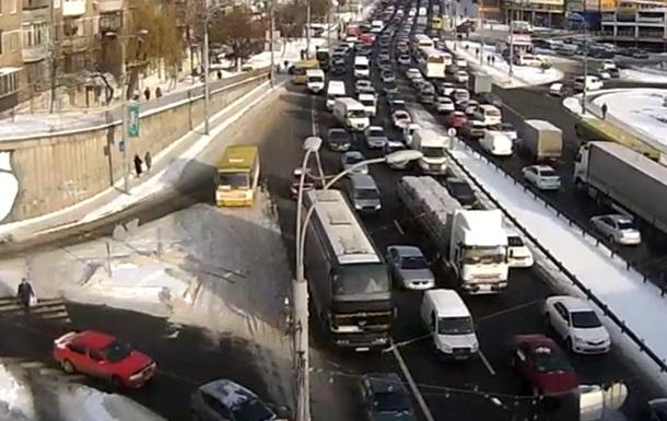 У центрі Києва багатокілометровий затор