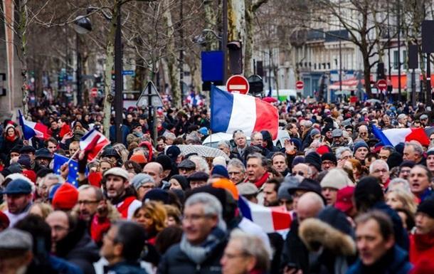 Париж: проти  жовтих жилетів  протестують  червоні шарфи