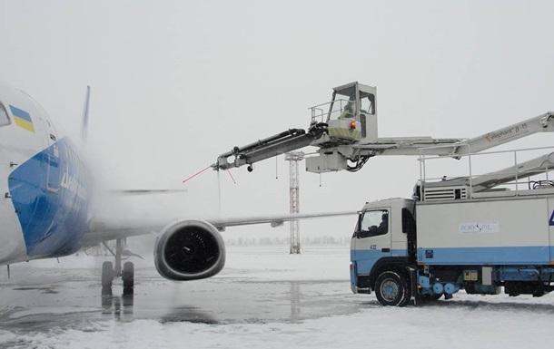 В Киеве из-за снега задерживают авиарейсы