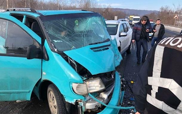 На трассе Киев-Чоп столкнулись пять автомобилей