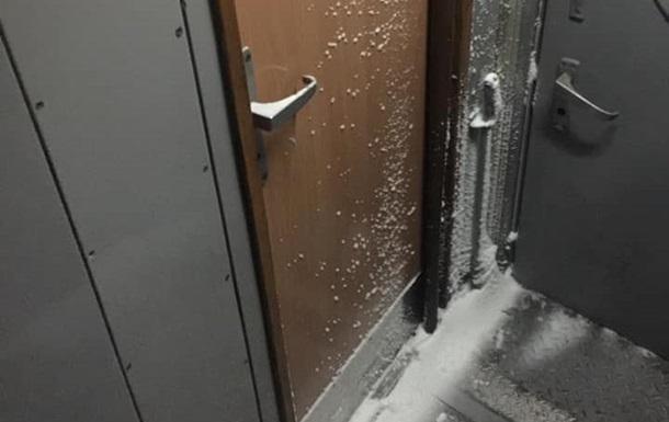 Пасажир показав сніг і морок у міжнародному поїзді Укрзалізниці