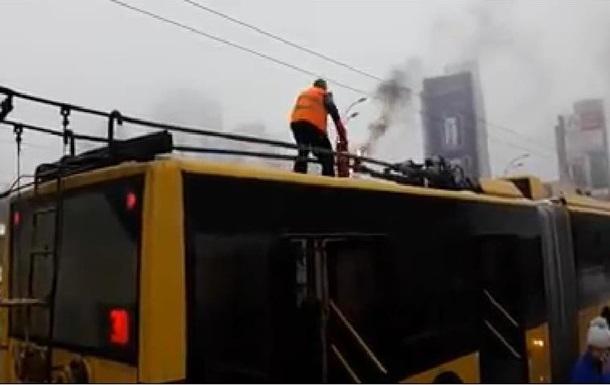 В Киеве водитель тушил снегом загоревшийся троллейбус