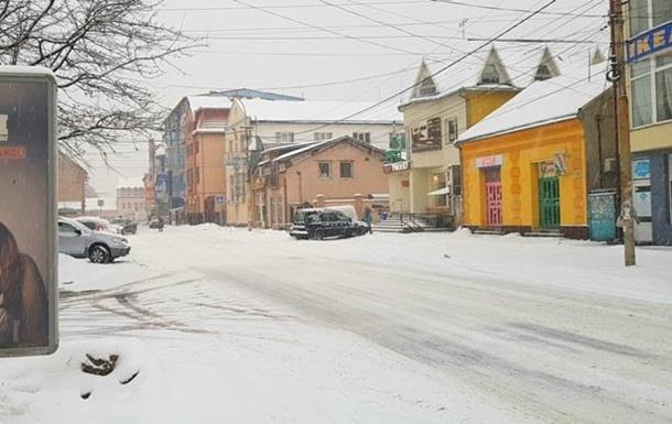 В Ужгороді жінку травмувала бурулька, що впала з даху