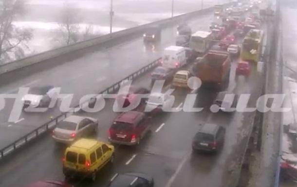 В Киеве на Северном мосту случилась авария: образовалась пробка