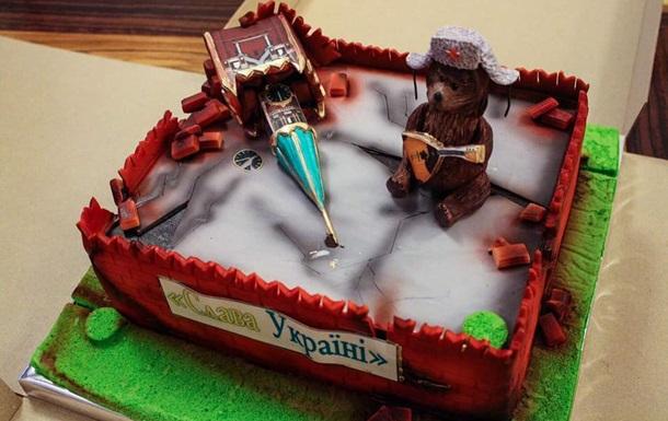 Міністра Омеляна привітали тортом у вигляді руїн Кремля