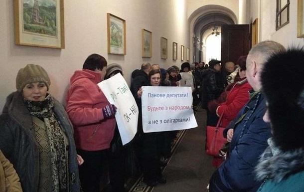 Чернівецьку міськраду пікетують три групи протестувальників