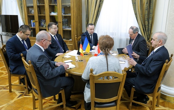 Полторак отчитался о реформах перед иностранными советниками