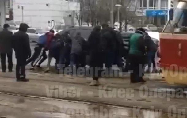 В Киеве пассажиры трамвая унесли с путей припаркованный внедорожник