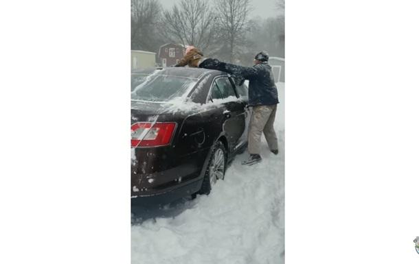 Батько очистив авто від снігу своїм сином