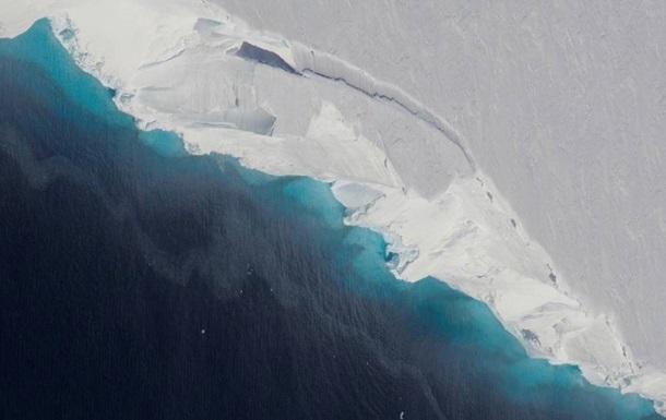 В Антарктиде в леднике нашли гигантскую пещеру