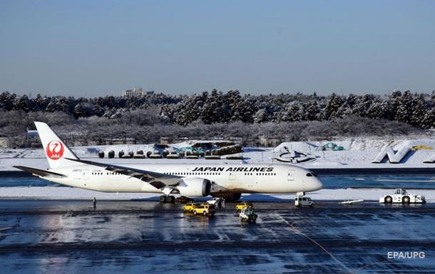 У Токіо літак викотився за злітно-посадкову смугу через сніг