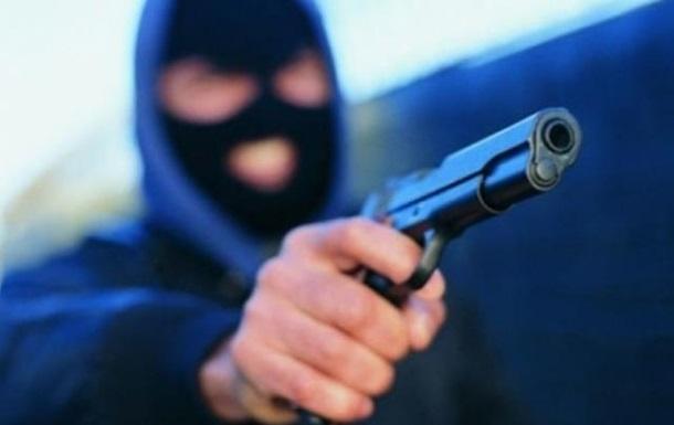 На Закарпатье вооруженный мужчина ограбил магазин
