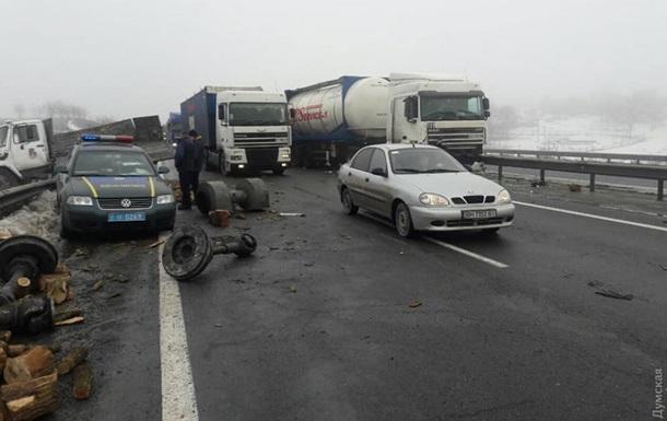 На трассе Киев-Одесса столкнулись шесть авто