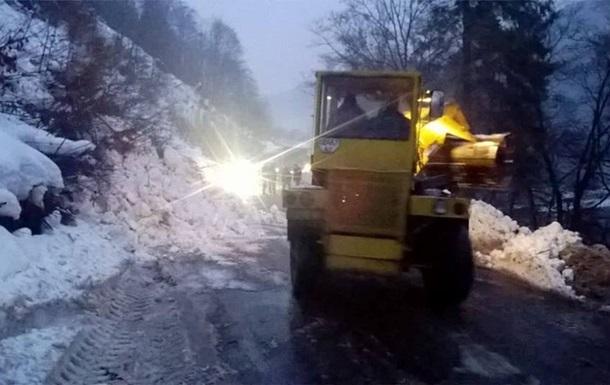 На Закарпатье снежная лавина перекрыла дорогу