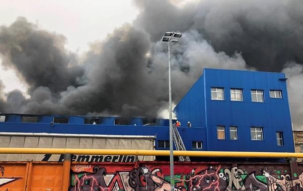 У Києві масштабна пожежа на складах