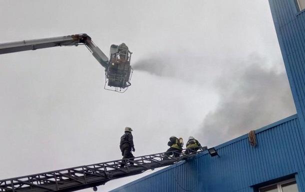 Площадь пожара на складах в Киеве увеличилась
