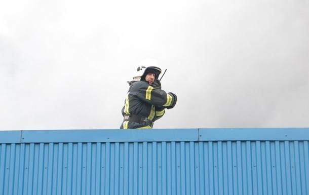 Пожар на складах в Киеве: спасатели заявили об угрозе обвала