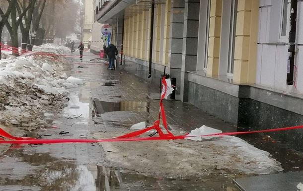 У Полтаві на дитину впала снігова брила
