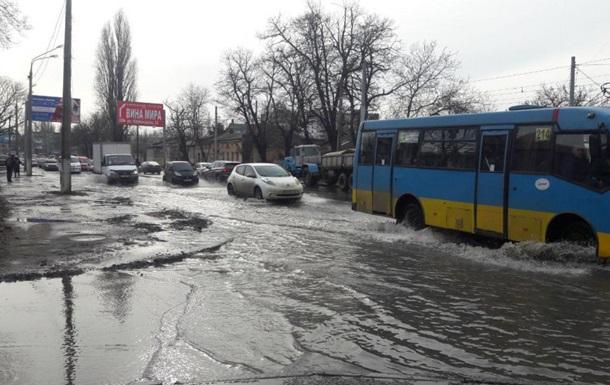 В Одессе прорвало водопровод: затоплена дорога