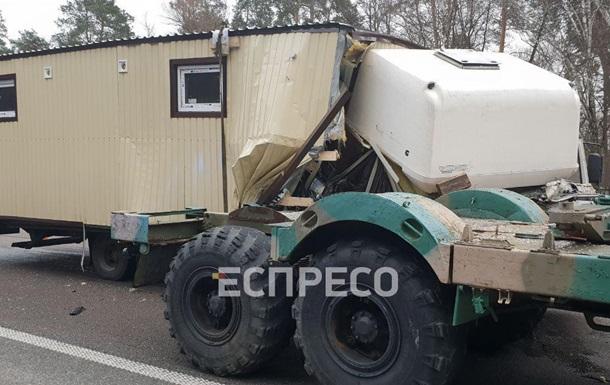Под Киевом столкнулись грузовик и военный тягач