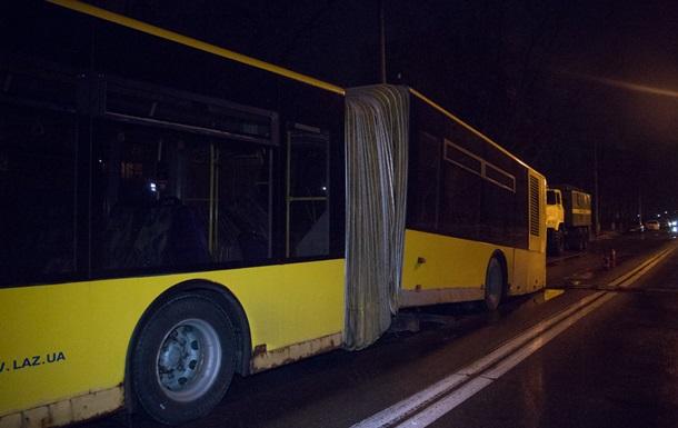 В Киеве  лежачий полицейский  разломал автобус