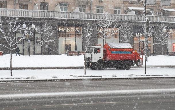 На дороги Киева вышло 370 снегоуборочных машин
