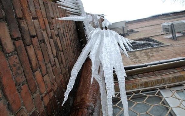 У Харкові жінка збивала бурульки і випала з балкона
