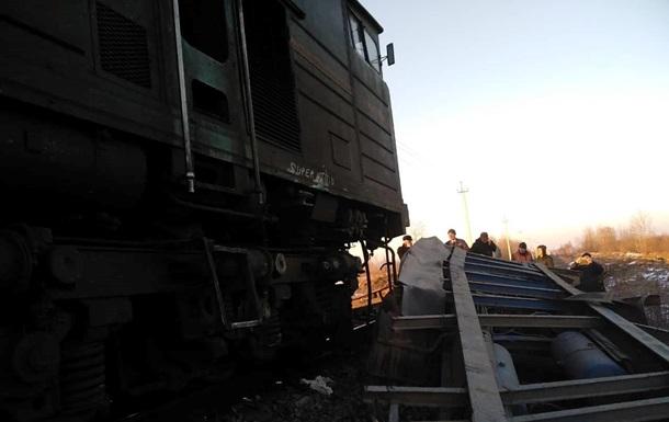 На Прикарпатті пасажирський поїзд врізався у вантажівку