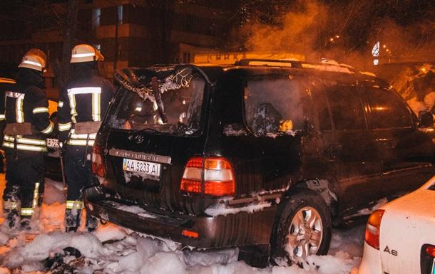 У Києві на парковці підпалили авто