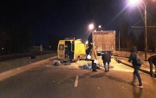 В Виннице микроавтобус с иностранцами врезался в грузовик, есть жертвы
