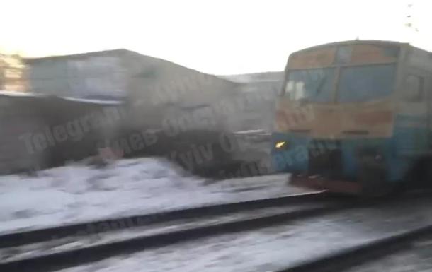 В Киеве поезд тащил сбитого мужчину по рельсам несколько метров