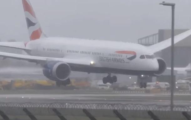 У Британії ураган зніс літак під час посадки