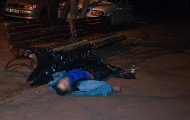 В Киеве нашли мертвого мужчину во дворе жилого дома