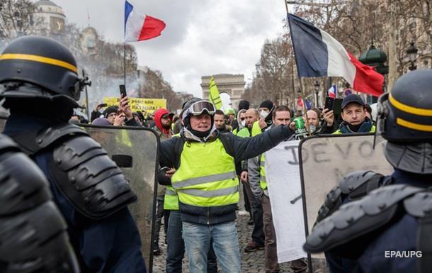 В Париже одному из протестующих оторвало руку