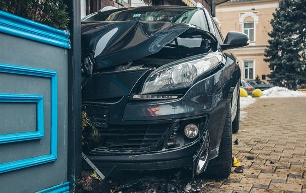 В Киеве автомобиль влетел в террасу ресторана