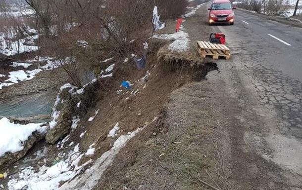 На Закарпатті зсув пошкодив трасу